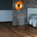 Rustfarvet trebenet gulvlampe Xirena I
