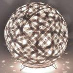Kaki kugleformet bordlampe med snoet udseende