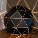 Otona – bordlampe i sort metal