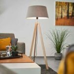 Med grå filtskærm – standerlampe Thea i træ