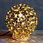 Guldfarvet bordlampe Ortenzia m/blomsterdekoration