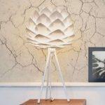 Hvid bordlampe Silvia mini med trebenet stel