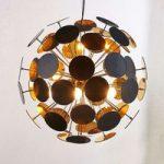 Hængelampe Kinan med skiver i sort og gold