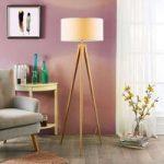 Benik – standerlampe med træfarvet, trebenet stel
